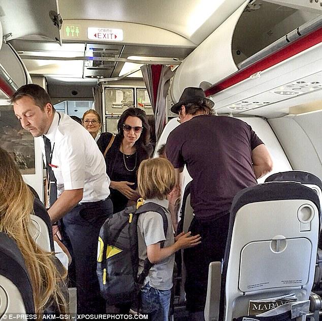 Angelina-Jolie-Brad-Pitt-Economy-Flight