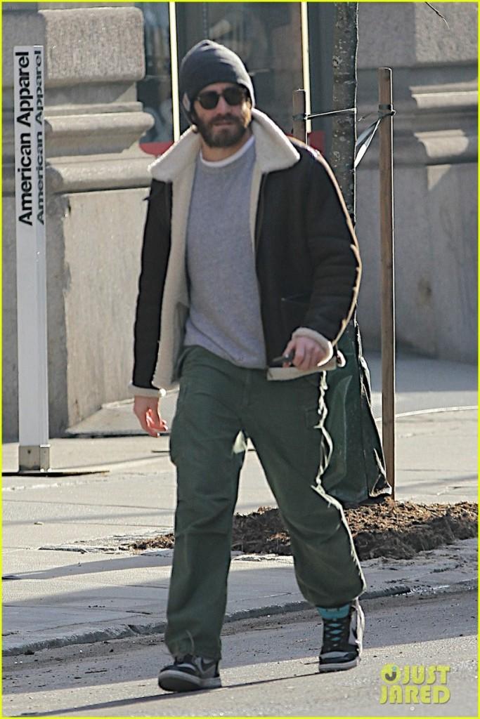Jake Gyllenhaal in New York - Wed 15 Jan.  Photo: Just Jared.