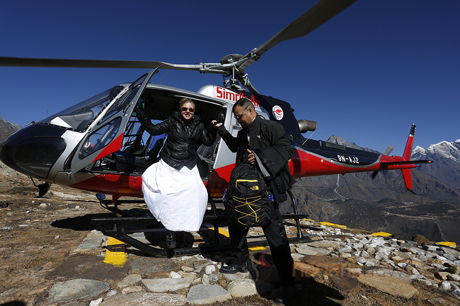 American couple mark their marriage anniversary in kalapatthar