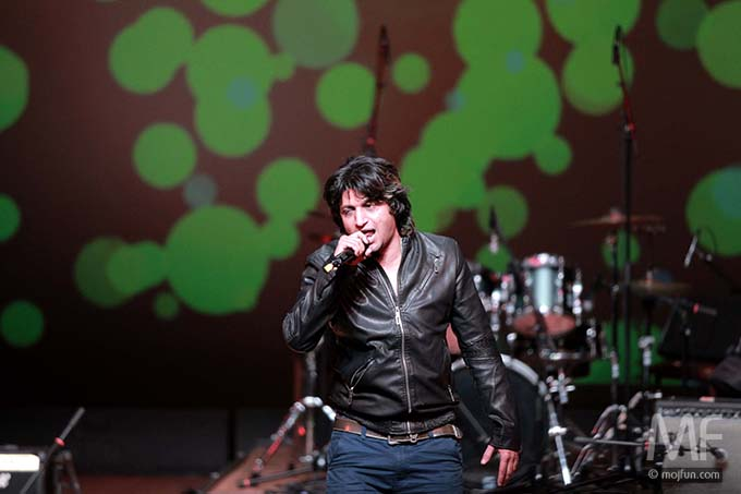 Singer Anil Singh belts out one out of many of his hits. Photo: MojFun.com