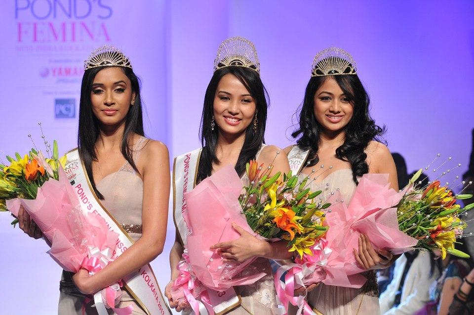 Sagarika Chhetri( centre) as Pond's Femina Miss India Kolkata 2013 winner, Archita Sahu(right) as Pond's Femina Miss India Kolkata 2013 1st runner up and Sukanya Bhattacharya(left)as Pond's Femina Miss India Kolkata 2013 2nd runner up