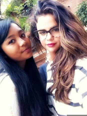 Selena-Gomez-Fan-Kathmandu-Selfie