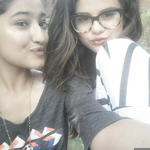 Selena-Gomez-Selfie-Kathmandu-1