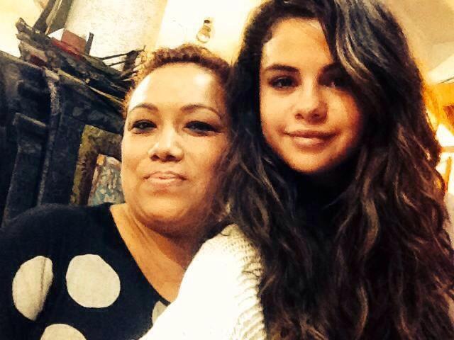 Selena-Gomez-Selfie-Kathmandu