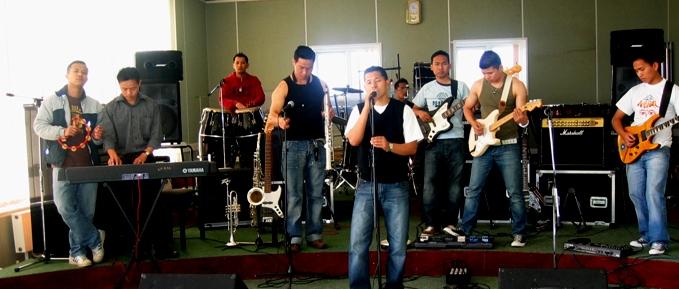 U N Us Band