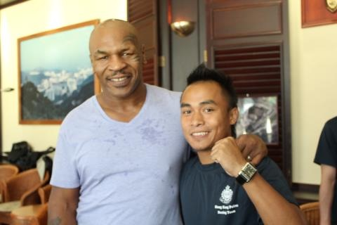 Surez with former heavyweight champion Mike Tyson.